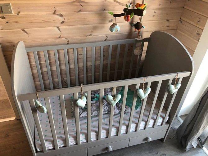 V ložnici není jen manželská postel, ale také postýlka pro děťátko.