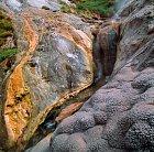 Zkamenělá láva je na Kamčatce vcelku tradičním doplňkem krajiny.