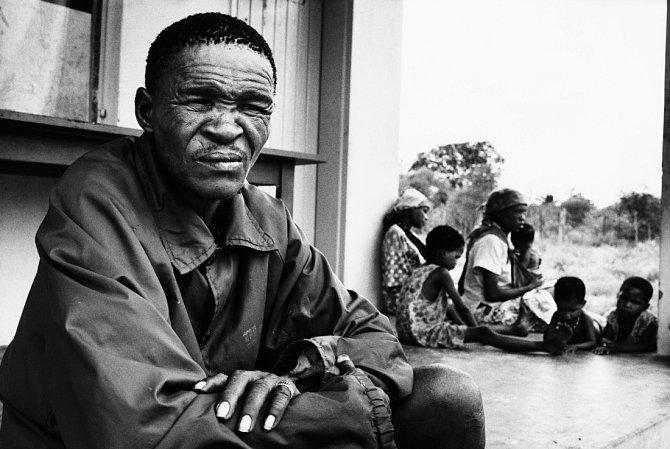 N!xau si díky filmům žil nad poměry. Měl dům stekoucí vodou. Vpozadí část jeho početné rodiny.