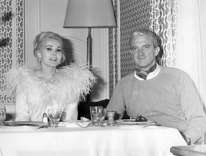 Jejím pátým manželem se vroce 1966 stal o19 let starší ropný magnát Joshua Cosden Jr. Žila sním rok.