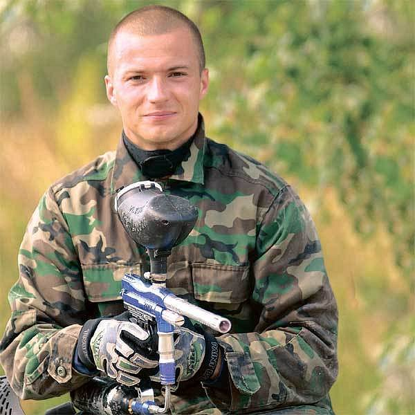 Pozor, mám vás všechny na mušce! Václav Svěrkoš, který do nové sezony vstupuje jako obhájce koruny ligových střelců, se i na paintballu projevil jako nebezpečný snajpr.