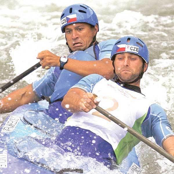 Volf (vpravo) se Štěpánkem zápolí s divokou vodou. Dnes z ní možná vyloví medaili!