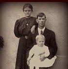 Na počátku 20. stol. se ve Francii narodily sestry. Émilia roku 1901, Christine v roce 1905 a Léa roku 1911. Nejstarší Émilii jejich alkoholický otec znásilnil, když jí bylo 10 let a matka holčiček byla přesvědčená, že Em svého otce svedla.