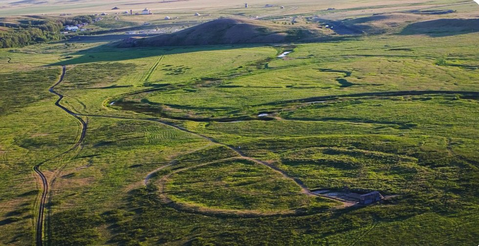 Kruhové základy Arkaimu nebyly ze země příliš patrné.