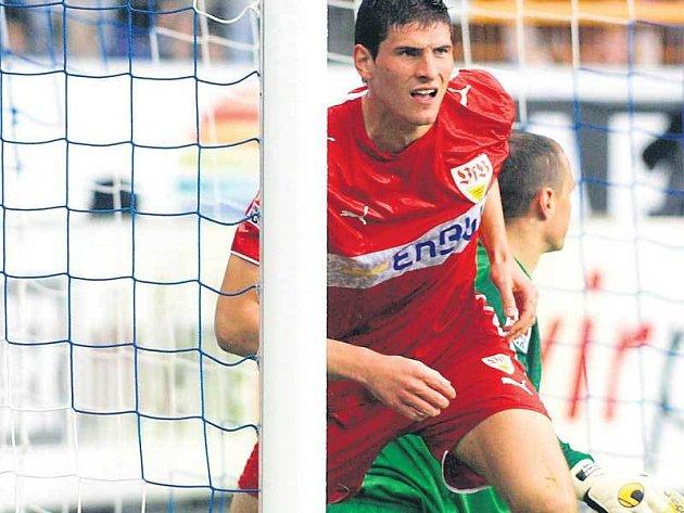 Stuttgart právě v Bochumi vyrovnal na 2:2. Střelcem Gomezem začíná cloumat radost, gólman Drobný má náladu docela opačnou.
