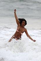 Za chvíli se ale šla do vln v Malibu vyřádit a přišla nehoda...