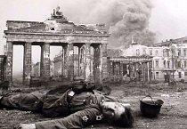 Autentická fotka, na které je zachycen mrtvý mladý voják na konci druhé světové války. Pád nacistické nadvlády nezažil, padl přímo u Braniborské brány.