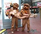 Micaelu pak drželi dva velcí medvídci...