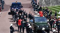 Rakev s ostatky prince Philipa byla při pohřbu spuštěna do královské hrobky ve Windsoru.