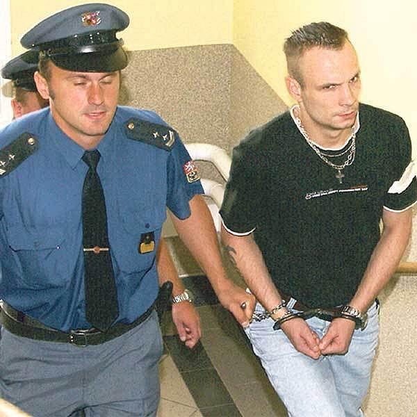 Eskorta přivádí Luboše Sahulu k chrudimskému soudu.