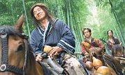 Jackie Chan (vlevo) jako válečník Lu Yan, Michael Angarano v roli mladíka Jasona a Yifei v úloze Zlatého vrabce