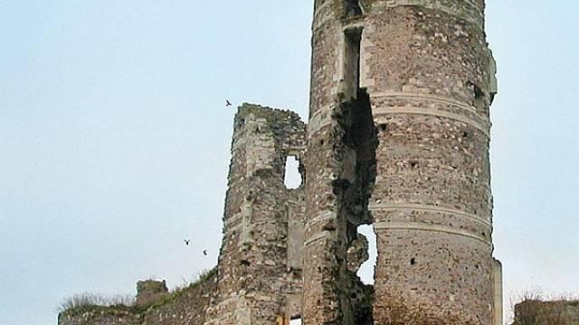 Z pevnosti Champtocé zbývají jen trosky. I ty však vypadají zlověstně.