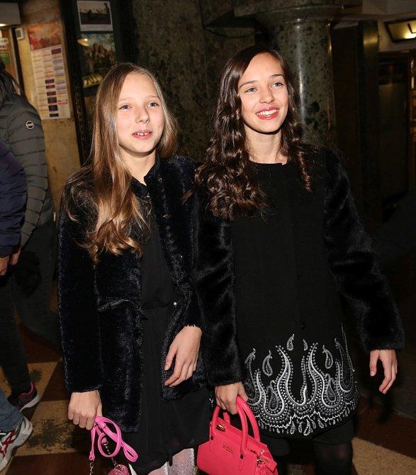 Charlotte se svou sestrou Nelly Gottovou se od pohřbu otce nikde neukazují.