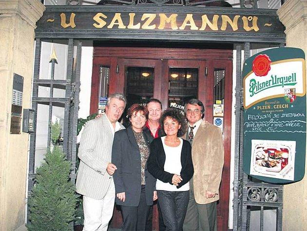 Pivnici U Salzmannů navštěvují často i celebrity mj. Vlastimil Harapes, Jitka Zelenková a Jaroslav Svěcený.