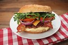 Burger se slaninou ačedarem