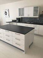 Rozlehlá kuchyně je dominantou velkého pokoje spojenou s obývacím pokojem.