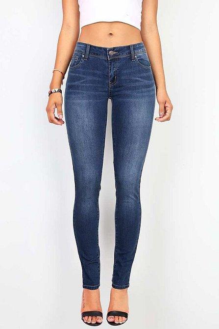 Modré dobře padnoucí džíny jsou nutnost.