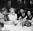 Gérarda prý kromě manželky svedla jen Marlene Dietrichová (druhá zleva). Nasnímku je baví Jean Marais.