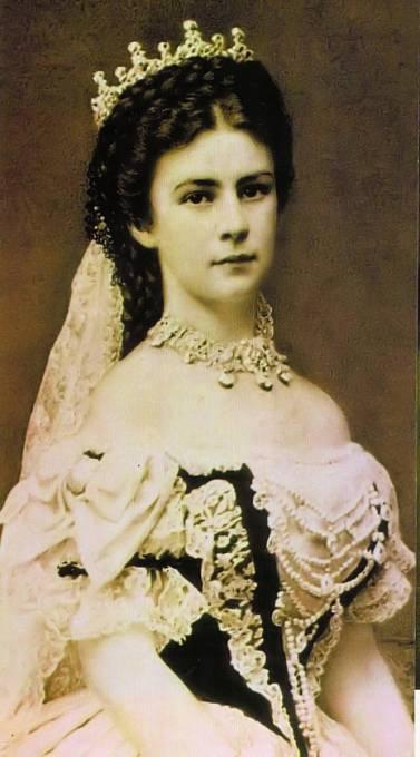 Císařovna Sissi na zámku ráda pobývala a z kletby si nic nedělala. Nakonec zahynula rukou vraha.