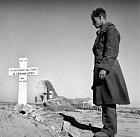 Američan vzdává čest svému vojenskému kolegovi, kterého pohřbili Němci