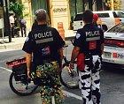 Den vtipných kalhot vzali i páni policisté vážně.