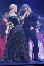 Pepa Vojtek na scéně s Michaelou Gemrotovou.
