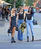 Tři kamarádky modelky Hailey Baldwinová, Gigi Hadidová a Kendall Jennerová (zleva) si vyrazily na večeři.
