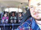 Jednoduchý způsob, jak zabránit dětem, aby se praly v autě.