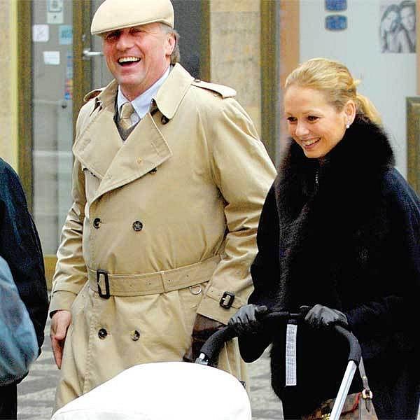 Premiér Mirek Topolánek si s Lucií Talmanovou užíval procházky vánoční Prahou.