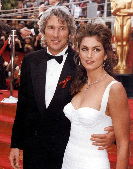 Mladá Cindy Crawford v 90. letech s Richardem Gerem.