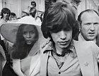 Mick Jagger si bere Biancu v roce 1971.