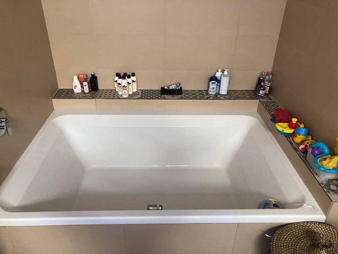 Prostorná vana nemohla v koupelně v prvním poschodí chybět. Vejde se tam celá rodinka.