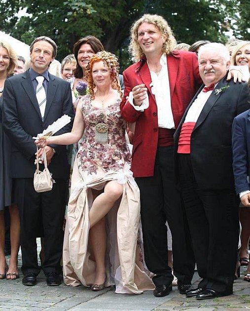 Snoubence (uprostřed) oddal Pavel Bém, ženichovi šel za svědka herec Marián Labuda (vpravo).