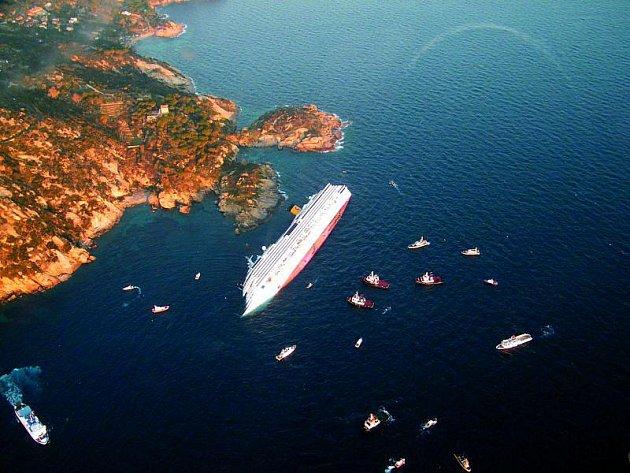 Pobřeží ostrova Giglio je samý útes. Jeden znich poslal luxusní loď Costa Concordia ke dnu.