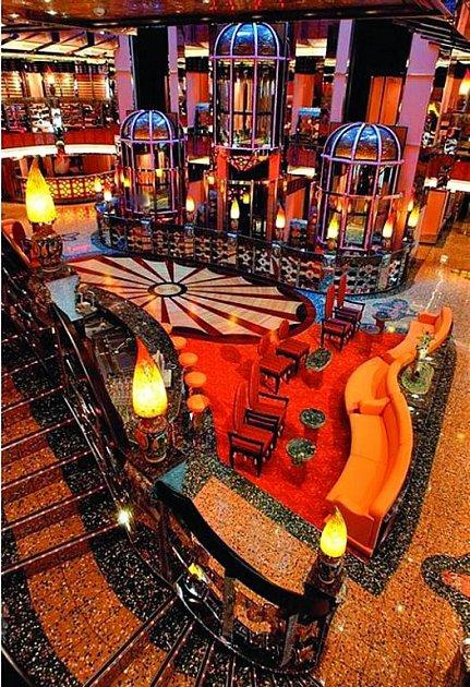 Costa Concordia: Luxusní pasáže a restaurace vduchu Atén, Londýna nebo Barcelony.