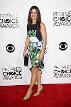 Sandra Bullock prsa nemá, a tak odhalila sexy nožky. Na svůj věk vypadá prostě dokonale!