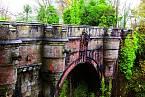 Overtoun Bridge se klene nad roklí amalým potokem.