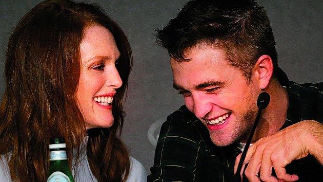 Julianne Moore si s Robertem Pattinsonem dobře rozumí.