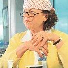 Iva Janžurová v roli Karličky, účetní v důchodu ze staré školy