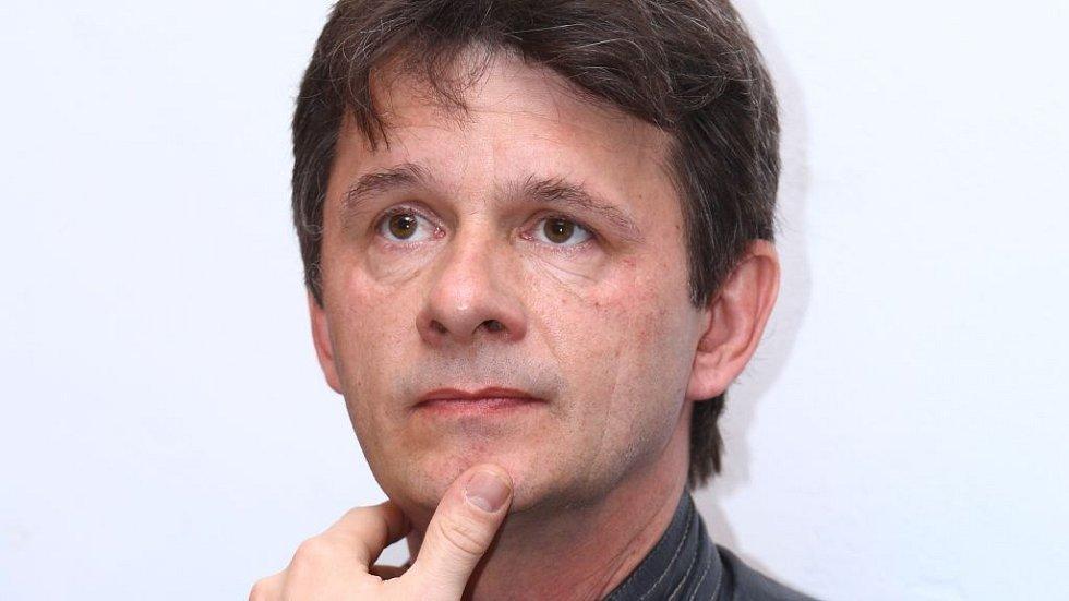 Jan Šťastný si po srdcervoucích dramatech v Ordinaci roli potrhlého Ctirada v Gymplu vyloženě užívá.
