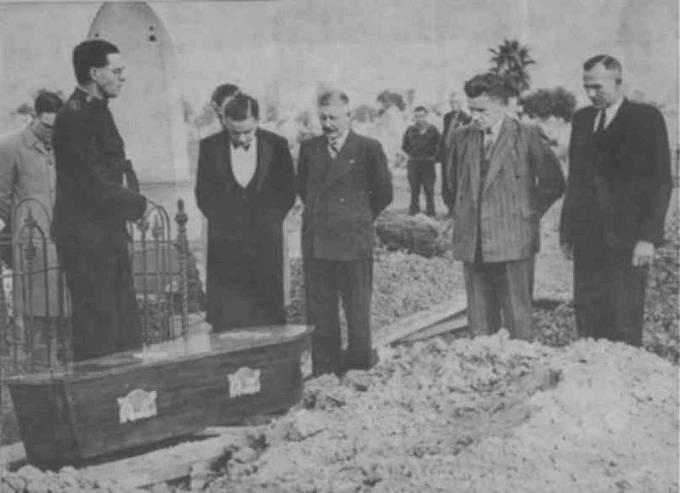 """Pohřeb """"somertonského muže"""" v roce 1949"""