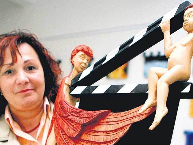 Galeristka Zuzana Kamenská ukazuje klapku Tomáše Zedníka nazvanou Dva andělé.