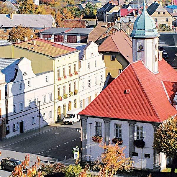 Historickému středu města Javorník vévodí renesanční radnice. Celé centrum bylo vyhlášeno městskou památkovou zónou.