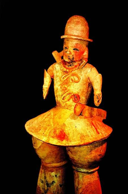 Hlliněným soškám se říká haniwa.