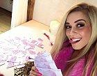 Dominika Myslivcová s balíkem peněz