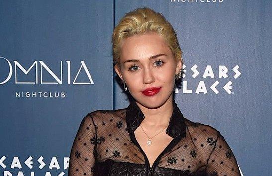 Stříbrná je Miley Cyrus.
