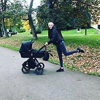 Agáta ráda chodí smalou dcerkou na procházky.