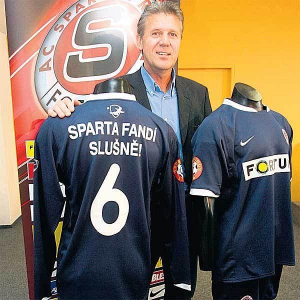 Letenský prezident Jozef Chovanec představil netradiční modré dresy.