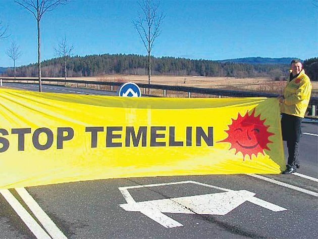 Neúnavní Rakušané zatarasili včera kvůli Temelínu sedm přechodů.