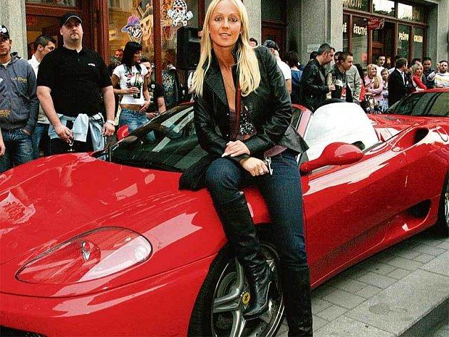 Zuzana Belohorcová si pózování na voze ferrari náležitě užívala. Sexy kráska ze Slovenska zkrátka ví, že chlapy přitahuje.